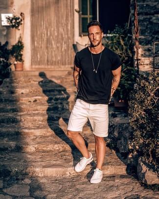 Wie kombinieren: schwarzes T-Shirt mit einem Rundhalsausschnitt, weiße Jeansshorts, weiße niedrige Sneakers, silberne Uhr