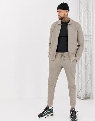 Trainingsanzug kombinieren: trends 2020: Ein Trainingsanzug und ein schwarzes T-Shirt mit einem Rundhalsausschnitt sind eine perfekte Outfit-Formel für Ihre Sammlung. Vervollständigen Sie Ihr Look mit mehrfarbigen Sportschuhen.
