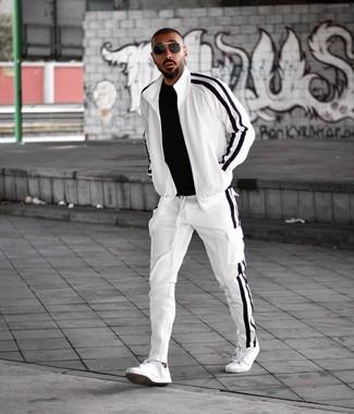 Wie kombinieren: schwarzes T-Shirt mit einem Rundhalsausschnitt, weißer und schwarzer Trainingsanzug, weiße Leder niedrige Sneakers, schwarze Sonnenbrille