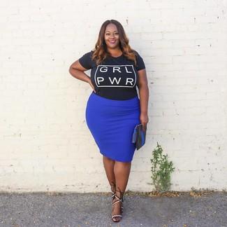 Wie kombinieren: schwarzes und weißes bedrucktes T-Shirt mit einem Rundhalsausschnitt, blauer Bleistiftrock, weiße und schwarze Leder Sandaletten, schwarze Leder Clutch