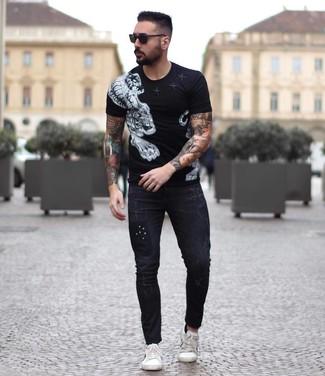 Wie kombinieren: schwarzes und weißes bedrucktes T-Shirt mit einem Rundhalsausschnitt, schwarze enge Jeans, weiße Leder niedrige Sneakers, schwarze Sonnenbrille
