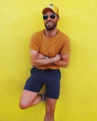 Wie kombinieren: orange T-Shirt mit einem Rundhalsausschnitt, dunkelblaue Shorts, gelbe Baseballkappe, schwarzer Ledergürtel