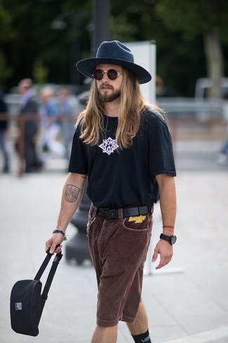 Wie kombinieren: schwarzes und weißes bedrucktes T-Shirt mit einem Rundhalsausschnitt, dunkelbraune Cordshorts, schwarze Segeltuch Bauchtasche, dunkelblauer Wollhut