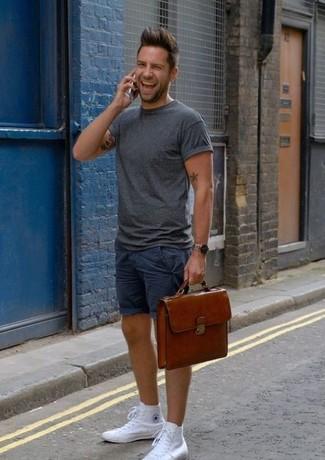 Wie kombinieren: dunkelgraues T-Shirt mit einem Rundhalsausschnitt, dunkelblaue Shorts, weiße hohe Sneakers aus Segeltuch, braune Leder Aktentasche