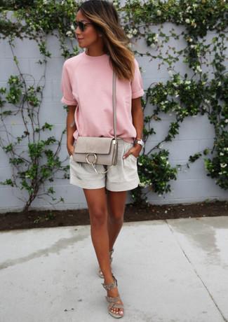Rosa T-Shirt mit einem Rundhalsausschnitt kombinieren: trends 2020: Entscheiden Sie sich für ein rosa T-Shirt mit einem Rundhalsausschnitt und grauen Leinen Shorts, um einen stilsicheren Freizeit-Look zu kreieren. Graue Keilsandaletten aus Wildleder sind eine ideale Wahl, um dieses Outfit zu vervollständigen.