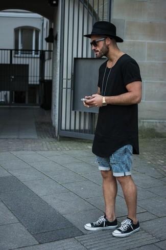 Wie kombinieren: schwarzes T-Shirt mit einem Rundhalsausschnitt, blaue Jeansshorts, schwarze und weiße niedrige Sneakers, schwarzer Wollhut