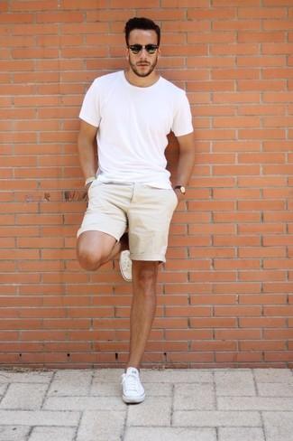 Wie kombinieren: weißes T-Shirt mit einem Rundhalsausschnitt, hellbeige Shorts, weiße Segeltuch niedrige Sneakers, schwarze Sonnenbrille