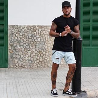 Wie kombinieren: schwarzes T-Shirt mit einem Rundhalsausschnitt, hellblaue Jeansshorts, schwarze und weiße Segeltuch niedrige Sneakers, schwarze Baseballkappe