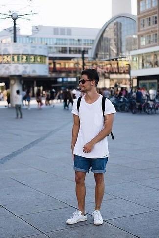 Wie kombinieren: weißes T-Shirt mit einem Rundhalsausschnitt, blaue Jeansshorts, weiße Leder niedrige Sneakers, schwarzer Segeltuch Rucksack