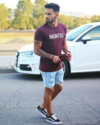 Wie kombinieren: dunkelrotes bedrucktes T-Shirt mit einem Rundhalsausschnitt, hellblaue Jeansshorts mit Destroyed-Effekten, schwarze niedrige Sneakers, dunkelrote Baseballkappe