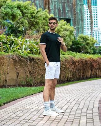 Wie kombinieren: dunkelgrünes T-Shirt mit einem Rundhalsausschnitt, weiße Shorts, weiße Leder niedrige Sneakers, olivgrüne Sonnenbrille