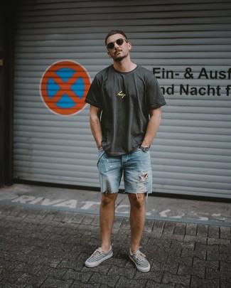 Wie kombinieren: dunkelgraues bedrucktes T-Shirt mit einem Rundhalsausschnitt, hellblaue Jeansshorts mit Destroyed-Effekten, graue bedruckte Segeltuch niedrige Sneakers, dunkelbraune Sonnenbrille