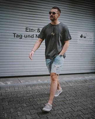 Wie kombinieren: dunkelgraues bedrucktes T-Shirt mit einem Rundhalsausschnitt, hellblaue Jeansshorts mit Destroyed-Effekten, graue bedruckte Segeltuch niedrige Sneakers, schwarze Sonnenbrille