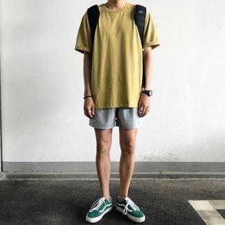 Olivgrüne Wildleder niedrige Sneakers kombinieren: trends 2020: Kombinieren Sie ein senf T-Shirt mit einem Rundhalsausschnitt mit hellblauen Shorts, um mühelos alles zu meistern, was auch immer der Tag bringen mag. Olivgrüne Wildleder niedrige Sneakers sind eine ideale Wahl, um dieses Outfit zu vervollständigen.