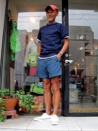 50 Jährige: Dunkelrote Baseballkappe kombinieren: trends 2020: Für ein bequemes Couch-Outfit, paaren Sie ein dunkelblaues T-Shirt mit einem Rundhalsausschnitt mit einer dunkelroten Baseballkappe. Fühlen Sie sich mutig? Entscheiden Sie sich für weißen Segeltuch niedrige Sneakers.