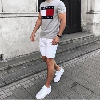 Weiße Sneakersocken kombinieren: trends 2020: Ein graues bedrucktes T-Shirt mit einem Rundhalsausschnitt und weiße Sneakersocken sind eine großartige Outfit-Formel für Ihre Sammlung. Wählen Sie weißen Segeltuch niedrige Sneakers, um Ihr Modebewusstsein zu zeigen.