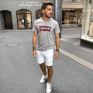 Weiße und schwarze Leder niedrige Sneakers kombinieren: trends 2020: Ein graues bedrucktes T-Shirt mit einem Rundhalsausschnitt und weiße Jeansshorts mit Destroyed-Effekten sind eine kluge Outfit-Formel für Ihre Sammlung. Fühlen Sie sich ideenreich? Entscheiden Sie sich für weißen und schwarzen Leder niedrige Sneakers.