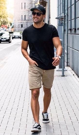 Herren Outfits & Modetrends 2020: lässige Outfits: Kombinieren Sie ein dunkelblaues T-Shirt mit einem Rundhalsausschnitt mit hellbeige Jeansshorts mit Destroyed-Effekten für einen entspannten Wochenend-Look. Fühlen Sie sich mutig? Wählen Sie schwarzen und weißen Segeltuch niedrige Sneakers.