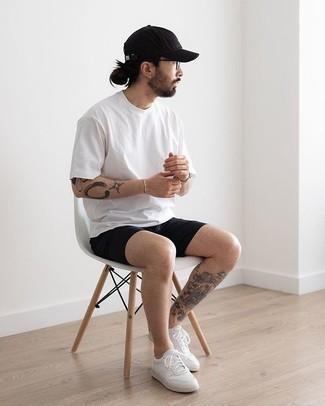 Schwarze Baseballkappe kombinieren – 444 Herren Outfits: Für ein bequemes Couch-Outfit, kombinieren Sie ein weißes T-Shirt mit einem Rundhalsausschnitt mit einer schwarzen Baseballkappe. Weiße Segeltuch niedrige Sneakers bringen klassische Ästhetik zum Ensemble.