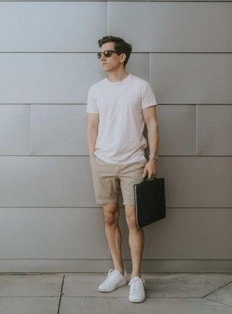 Shorts kombinieren – 500+ Herren Outfits: Kombinieren Sie ein weißes T-Shirt mit einem Rundhalsausschnitt mit Shorts für ein Alltagsoutfit, das Charakter und Persönlichkeit ausstrahlt. Weiße Segeltuch niedrige Sneakers sind eine ideale Wahl, um dieses Outfit zu vervollständigen.