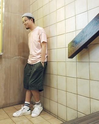 Rosa T-Shirt mit einem Rundhalsausschnitt kombinieren – 176 Herren Outfits: Vereinigen Sie ein rosa T-Shirt mit einem Rundhalsausschnitt mit dunkelgrünen Shorts für einen bequemen Alltags-Look. Dieses Outfit passt hervorragend zusammen mit weißen und schwarzen Leder niedrigen Sneakers.