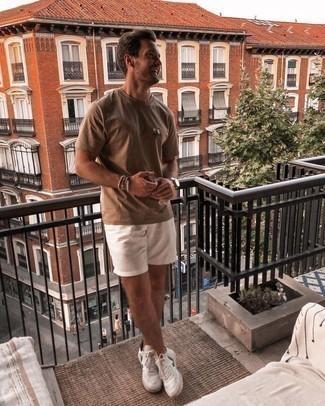 Weiße und grüne Leder niedrige Sneakers kombinieren – 43 Sommer Herren Outfits: Paaren Sie ein braunes T-Shirt mit einem Rundhalsausschnitt mit weißen Shorts für ein bequemes Outfit, das außerdem gut zusammen passt. Weiße und grüne Leder niedrige Sneakers sind eine großartige Wahl, um dieses Outfit zu vervollständigen. Was für eine schöne Sommer-Look Idee!