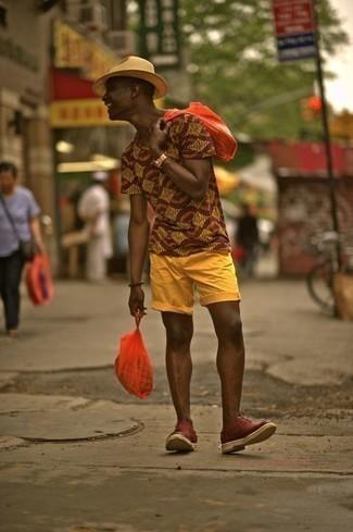 beige bedrucktes T-Shirt mit einem Rundhalsausschnitt, senf Shorts, dunkelrote Wildleder Oxford Schuhe, hellbeige Strohhut für Herren