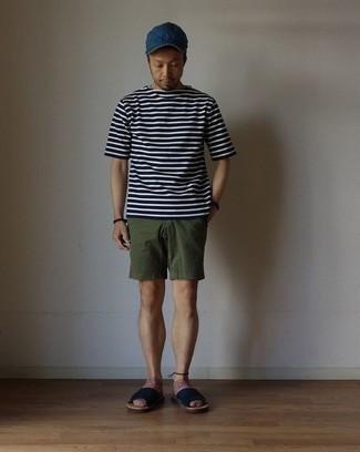 Dunkelblaues und weißes horizontal gestreiftes T-Shirt mit einem Rundhalsausschnitt kombinieren: trends 2020: Entscheiden Sie sich für Komfort in einem dunkelblauen und weißen horizontal gestreiften T-Shirt mit einem Rundhalsausschnitt und olivgrünen Shorts. Wenn Sie nicht durch und durch formal auftreten möchten, vervollständigen Sie Ihr Outfit mit dunkelblauen Segeltuchsandalen.