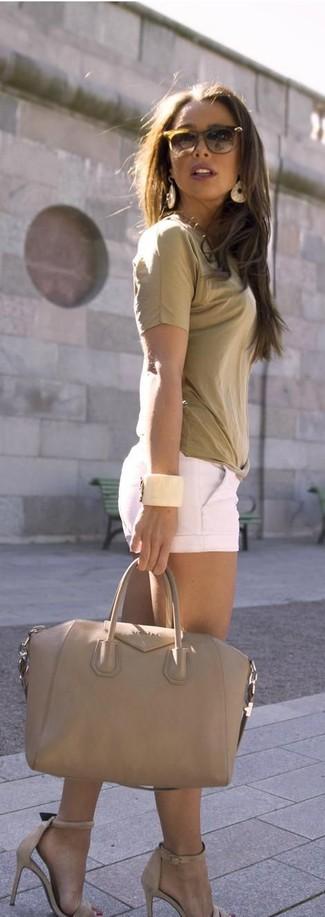 Wie kombinieren: beige T-Shirt mit einem Rundhalsausschnitt, weiße Shorts, hellbeige Leder Sandaletten, hellbeige Shopper Tasche aus Leder