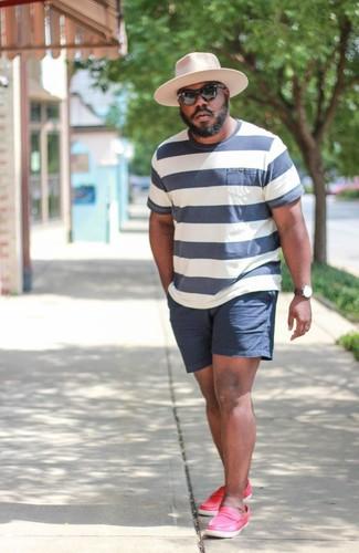 Wie kombinieren: weißes und dunkelblaues horizontal gestreiftes T-Shirt mit einem Rundhalsausschnitt, dunkelblaue Shorts, fuchsia Leder Slipper, rosa Wollhut