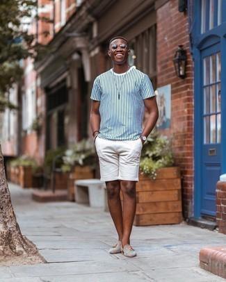 heiß Wetter Outfits Herren 2020: Ein weißes und dunkelblaues vertikal gestreiftes T-Shirt mit einem Rundhalsausschnitt und weiße Shorts sind eine großartige Outfit-Formel für Ihre Sammlung. Setzen Sie bei den Schuhen auf die klassische Variante mit hellbeige Wildleder Slippern mit Quasten.
