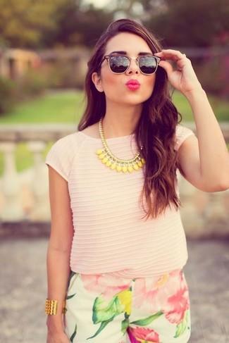 Wie kombinieren: rosa T-Shirt mit einem Rundhalsausschnitt, weiße Shorts mit Blumenmuster, schwarze Sonnenbrille, gelbe Halskette