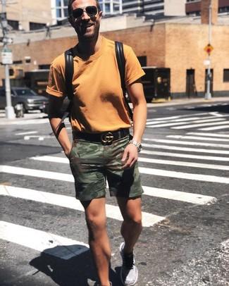 Wie kombinieren: orange T-Shirt mit einem Rundhalsausschnitt, olivgrüne Camouflage Shorts, graue Sportschuhe, schwarzer Leder Rucksack