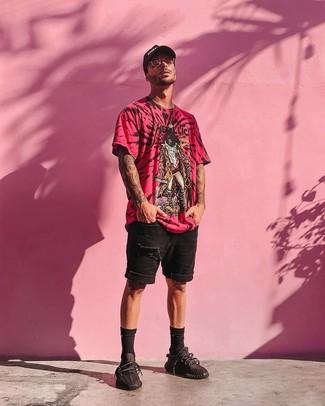 Rosa Sonnenbrille kombinieren: Ein fuchsia bedrucktes T-Shirt mit einem Rundhalsausschnitt und eine rosa Sonnenbrille sind eine perfekte Outfit-Formel für Ihre Sammlung. Ergänzen Sie Ihr Outfit mit schwarzen Sportschuhen, um Ihr Modebewusstsein zu zeigen.