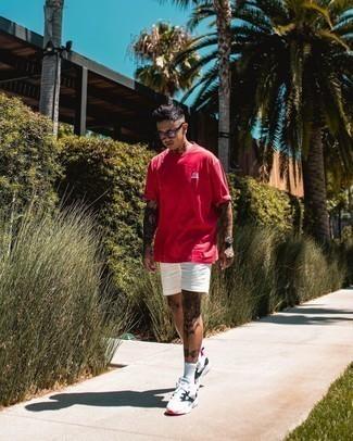 Transparente Sonnenbrille kombinieren – 415 Herren Outfits heiß Wetter: Für ein bequemes Couch-Outfit, kombinieren Sie ein rotes T-Shirt mit einem Rundhalsausschnitt mit einer transparenten Sonnenbrille. Komplettieren Sie Ihr Outfit mit weißen und schwarzen Sportschuhen, um Ihr Modebewusstsein zu zeigen.