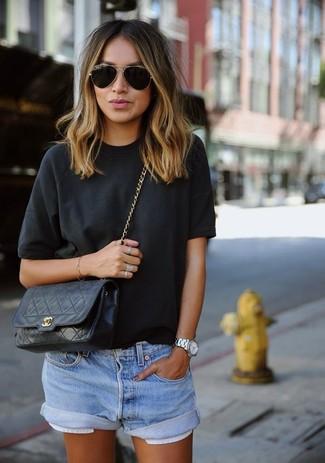 Erwägen Sie das Tragen von einem schwarzen T-Shirt mit einem Rundhalsausschnitt und hellblauen Jeansshorts für ein großartiges Wochenend-Outfit.