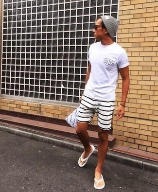 Zehensandalen kombinieren – 145 Herren Outfits: Ein weißes bedrucktes T-Shirt mit einem Rundhalsausschnitt und weiße horizontal gestreifte Shorts sind eine gute Outfit-Formel für Ihre Sammlung. Suchen Sie nach leichtem Schuhwerk? Entscheiden Sie sich für Zehensandalen für den Tag.