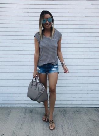 Wie kombinieren: weißes und schwarzes horizontal gestreiftes T-Shirt mit einem Rundhalsausschnitt, blaue Jeansshorts mit Destroyed-Effekten, braune Leder Zehentrenner, graue Satchel-Tasche aus Leder