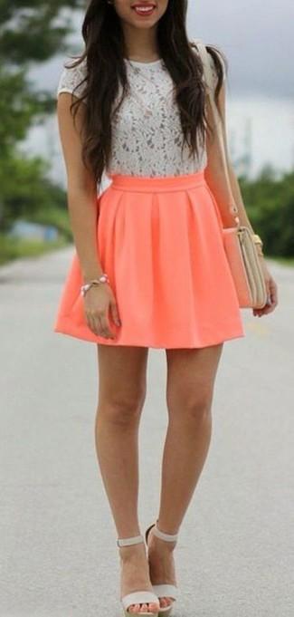 Wie kombinieren: weißes Spitze T-Shirt mit einem Rundhalsausschnitt, orange Skaterrock, graue Leder Sandaletten, hellbeige Leder Umhängetasche