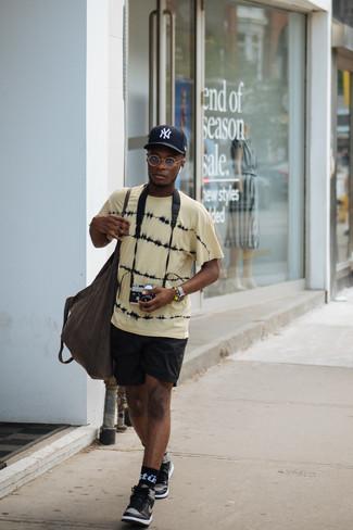 Schwarze und weiße hohe Sneakers aus Leder kombinieren: Entscheiden Sie sich für Komfort in einem gelben Mit Batikmuster T-Shirt mit einem Rundhalsausschnitt und schwarzen Sportshorts. Fühlen Sie sich mutig? Wählen Sie schwarzen und weißen hohe Sneakers aus Leder.