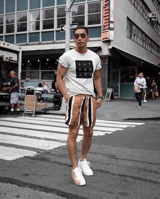 Weiße Leder niedrige Sneakers kombinieren – 405 Herren Outfits heiß Wetter: Kombinieren Sie ein weißes und schwarzes bedrucktes T-Shirt mit einem Rundhalsausschnitt mit braunen vertikal gestreiften Sportshorts für einen entspannten Wochenend-Look. Wählen Sie weißen Leder niedrige Sneakers, um Ihr Modebewusstsein zu zeigen.