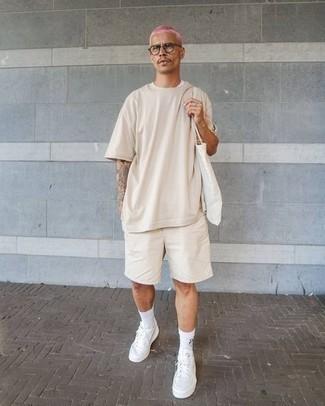 Weiße Shopper Tasche aus Segeltuch kombinieren – 288 Herren Outfits: Ein hellbeige T-Shirt mit einem Rundhalsausschnitt und eine weiße Shopper Tasche aus Segeltuch sind eine kluge Outfit-Formel für Ihre Sammlung. Ergänzen Sie Ihr Outfit mit weißen Segeltuch niedrigen Sneakers, um Ihr Modebewusstsein zu zeigen.