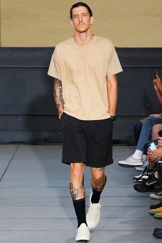 heiß Wetter Outfits Herren 2020: Vereinigen Sie ein hellbeige T-Shirt mit einem Rundhalsausschnitt mit schwarzen Sportshorts für einen entspannten Wochenend-Look. Fühlen Sie sich mutig? Wählen Sie weißen Segeltuch niedrige Sneakers.