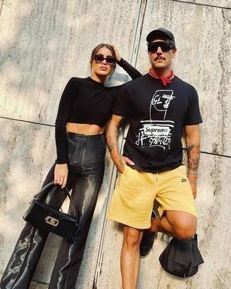 Schwarze Baseballkappe kombinieren – 500+ Herren Outfits: Kombinieren Sie ein schwarzes und weißes bedrucktes T-Shirt mit einem Rundhalsausschnitt mit einer schwarzen Baseballkappe für einen entspannten Wochenend-Look. Heben Sie dieses Ensemble mit schwarzen Leder niedrigen Sneakers hervor.