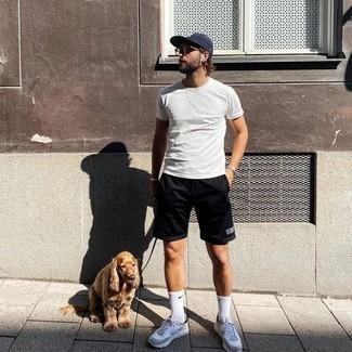 heiß Wetter Outfits Herren 2020: Ein weißes T-Shirt mit einem Rundhalsausschnitt und schwarze Sportshorts sind eine kluge Outfit-Formel für Ihre Sammlung. Graue Sportschuhe sind eine großartige Wahl, um dieses Outfit zu vervollständigen.