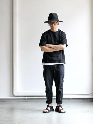 Dunkelgrauen Wollhut kombinieren: trends 2020: Paaren Sie ein schwarzes T-Shirt mit einem Rundhalsausschnitt mit einem dunkelgrauen Wollhut für einen entspannten Wochenend-Look. Suchen Sie nach leichtem Schuhwerk? Ergänzen Sie Ihr Outfit mit schwarzen Segeltuchsandalen für den Tag.