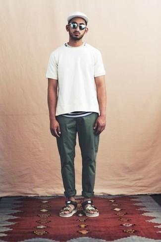 Weißes und dunkelblaues horizontal gestreiftes T-Shirt mit einem Rundhalsausschnitt kombinieren – 397 Herren Outfits: Ein weißes und dunkelblaues horizontal gestreiftes T-Shirt mit einem Rundhalsausschnitt und ein weißes und dunkelblaues horizontal gestreiftes T-Shirt mit einem Rundhalsausschnitt sind eine ideale Outfit-Formel für Ihre Sammlung. Suchen Sie nach leichtem Schuhwerk? Wählen Sie mehrfarbigen Segeltuchsandalen für den Tag.