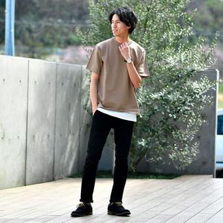 Schwarze Lederuhr kombinieren – 500+ Herren Outfits: Halten Sie Ihr Outfit locker mit einem beige T-Shirt mit einem Rundhalsausschnitt und einer schwarzen Lederuhr. Schwarze Segeltuch Derby Schuhe bringen Eleganz zu einem ansonsten schlichten Look.