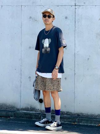 Graue Segeltuch Clutch Handtasche kombinieren – 19 Herren Outfits: Kombinieren Sie ein dunkelblaues bedrucktes T-Shirt mit einem Rundhalsausschnitt mit einer grauen Segeltuch Clutch Handtasche für einen entspannten Wochenend-Look. Schwarze und weiße Segeltuch niedrige Sneakers bringen klassische Ästhetik zum Ensemble.