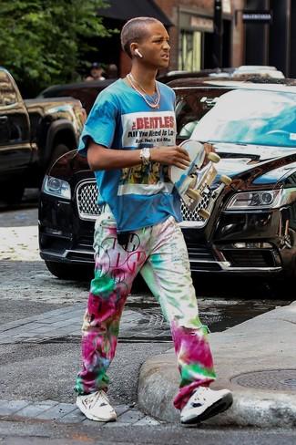 Wie kombinieren: türkises bedrucktes T-Shirt mit einem Rundhalsausschnitt, mehrfarbige Mit Batikmuster Jeans, weiße Sportschuhe, goldene Uhr